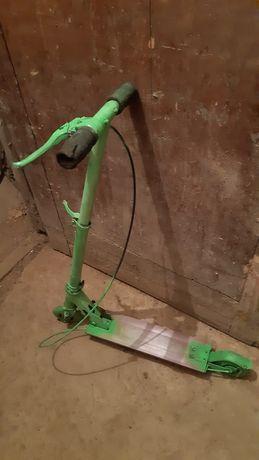Детский зелёный самокат с ручным тормозом