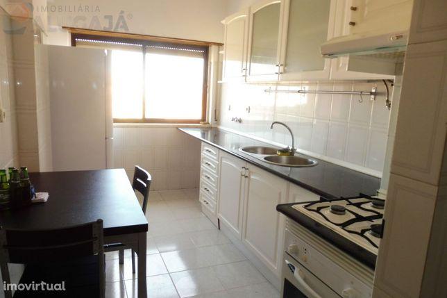 São Marcos - Apartamento T2 com arrecadação e cozinha semi-equipada
