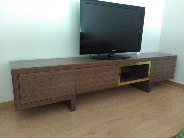 Movel TV em Nogueira com inox dourado Fabricantes