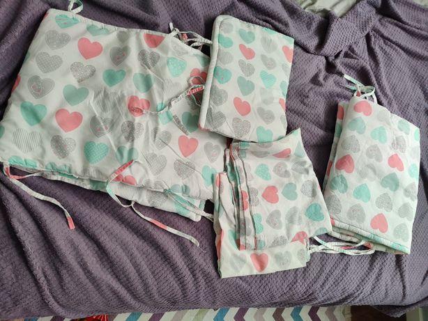 Бортики в кроватку с бельем на девочку