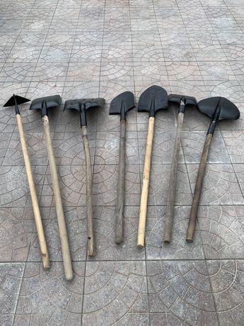 Садовый инвентарь - лопаты, грабли