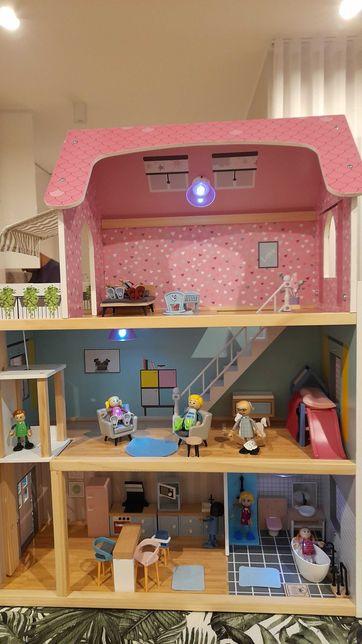 Drewniany domek dla lalek z akcesoriami