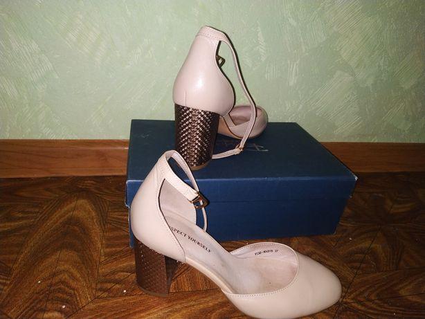 Кожаные туфли-босоножки