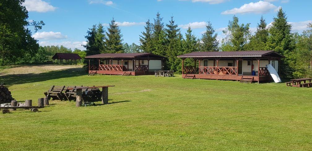 Domki letniskowe nad jeziorem .