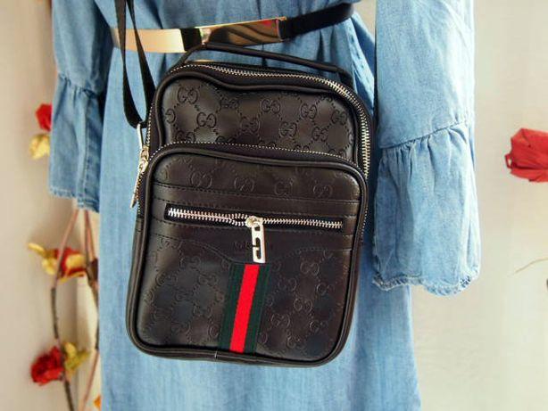 Czarna listonoszka Gucci z kieszonkami, tłoczona z wzorem elegancka