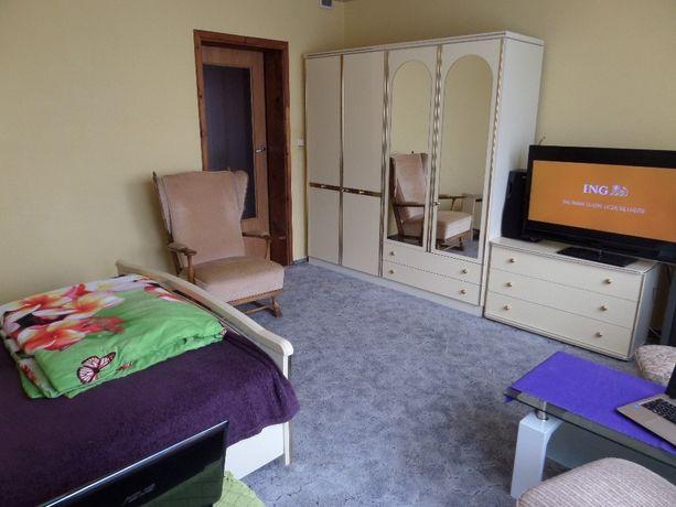 piękna lakierowana sypialnia łóżko szafki nocne komoda lustro szafa
