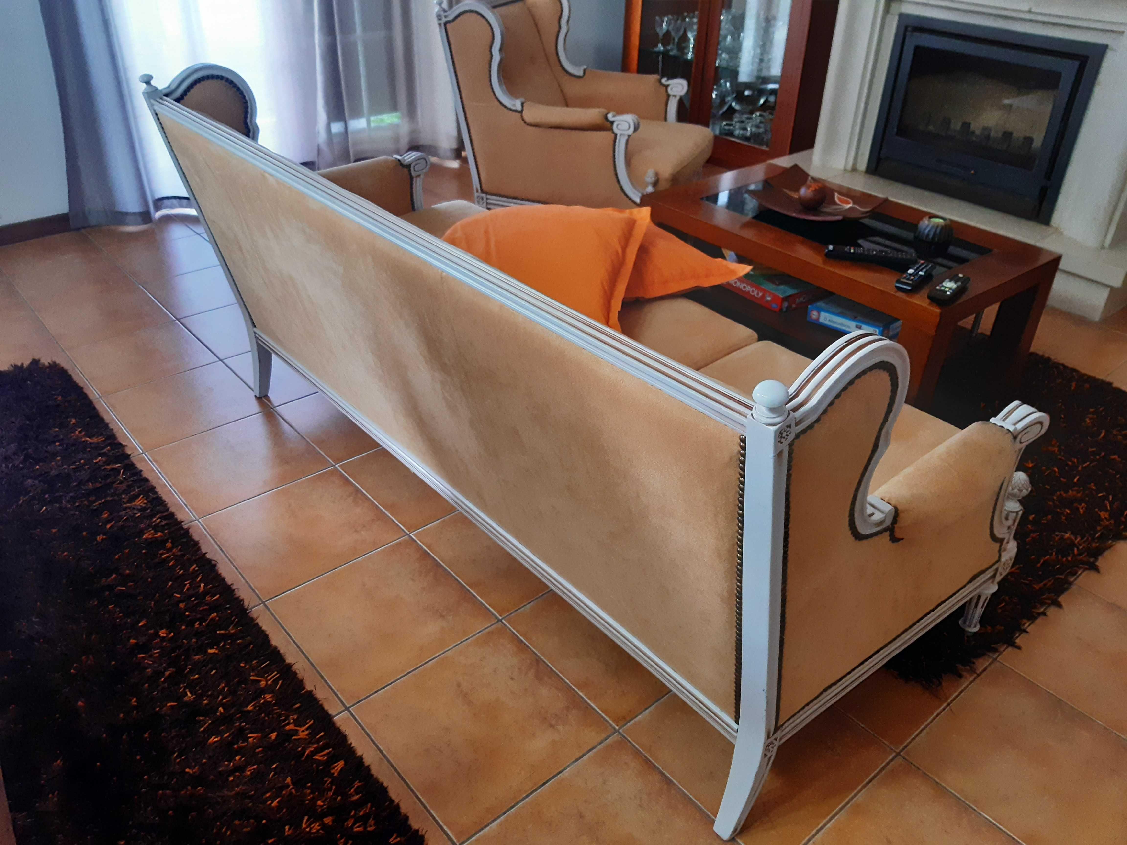 Sofa clássico de 3 lugares com 2 poltronas.