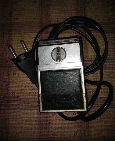 Старая электрическая бритва в рабочем состоянии