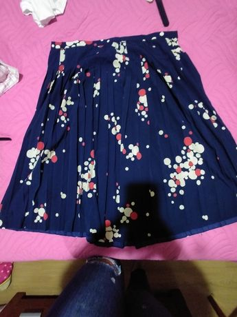 Vendo saia azul com padrão florido