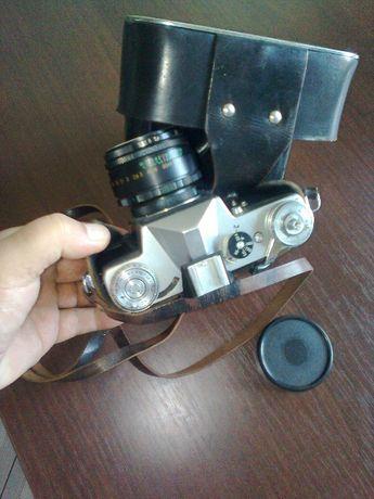 Fotograficzny aparat Zenit E z futerałem.