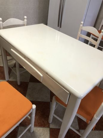 Vendo mesa de cozinha com 6 cadeiras
