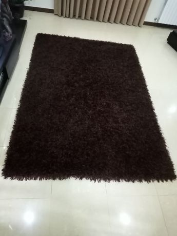 Carpete de sala castanha