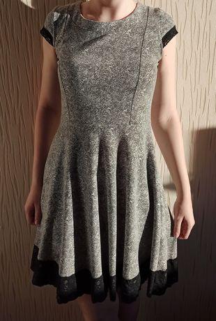 Sukienka rozkloszowana z koronką sól pieprz biało czarna