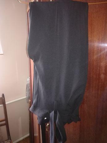 Чорні брючні штани.