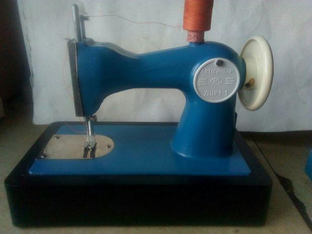 Продам  детскую швейную машинку времен СССР