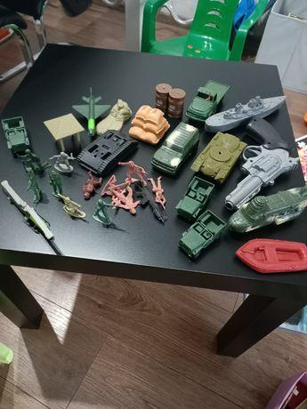 Żołnierzyki, czołgi, wojsko dla chłopca.