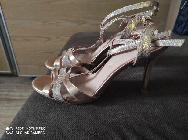 Złote sandały -szpilki