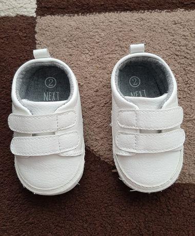 Buty niechodni dla chłopca firmy Next rozmiar 2 6-12 miesięcy.