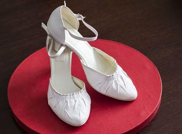 Białe skórzane buty ślubne 36