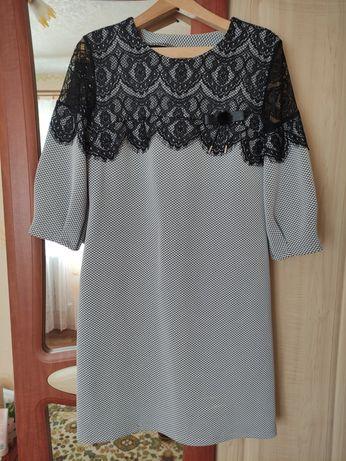 Платье с ажурной вставкой