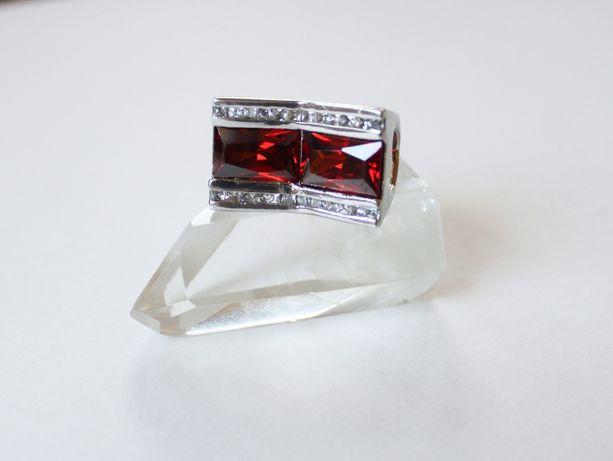Srebrny pierścionek z czerwonym kamieniem i cyrkoniami
