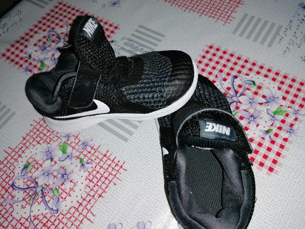 Sapatilhas de menino tamanho 22, marca Nike.