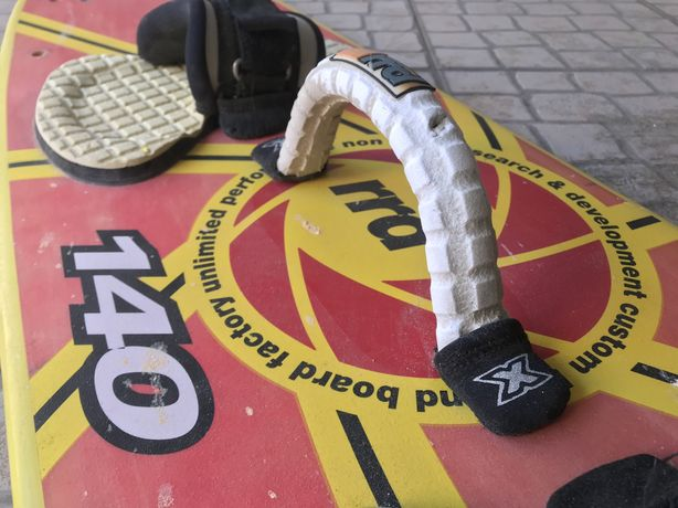 Prancha kitesurf Roberto Ricci Design 140 com quilhas completa