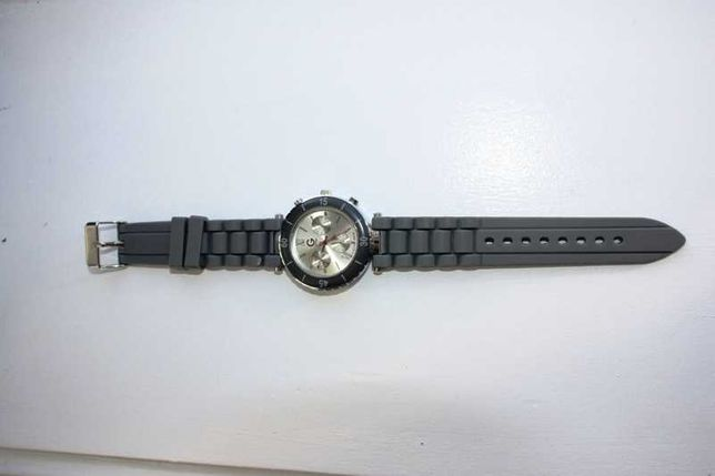 Relógio cinza water resistant com pilhas