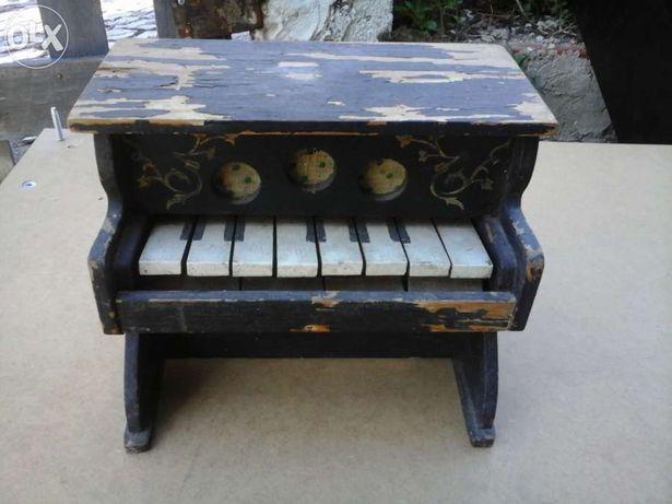 Piano com cem anos anos