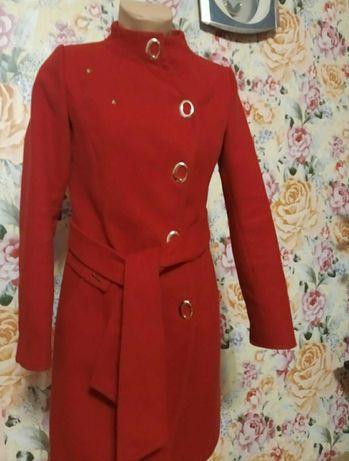 Гарне пальто червоне та синє