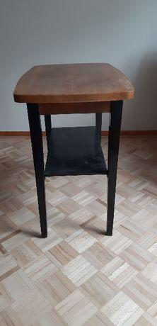 dwa stoliki drewniane, niskie