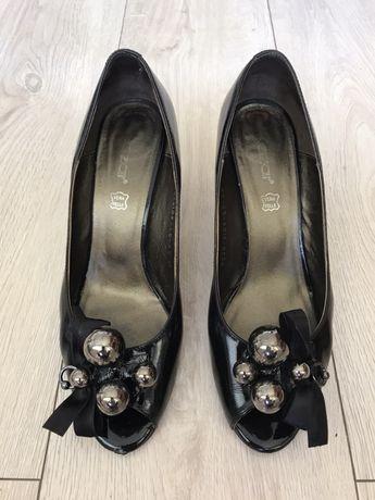 Eleganckie lakierowane buty Kazar