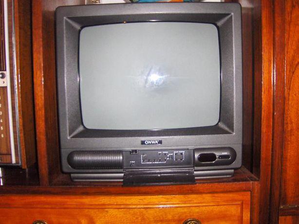 TELEVISÃO PEQUENA a cores, de cor preta, com comando