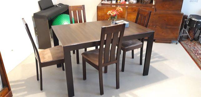 Stół Largo BRW i cztery krzesła.