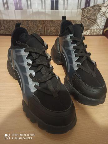 Продам кроссовки 39 размер