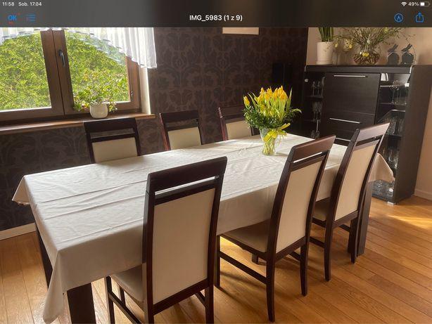 Stół z sześcioma krzesłami