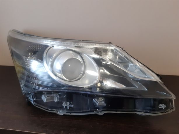 Lampa przód Toyota Avensis III T27 Prawa
