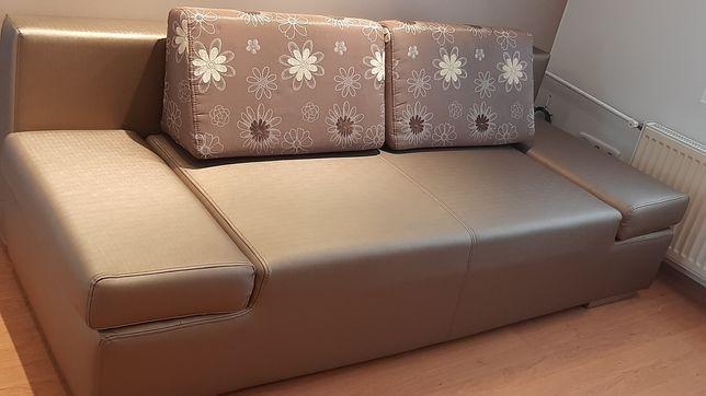 Brązowa sofa rozkładana