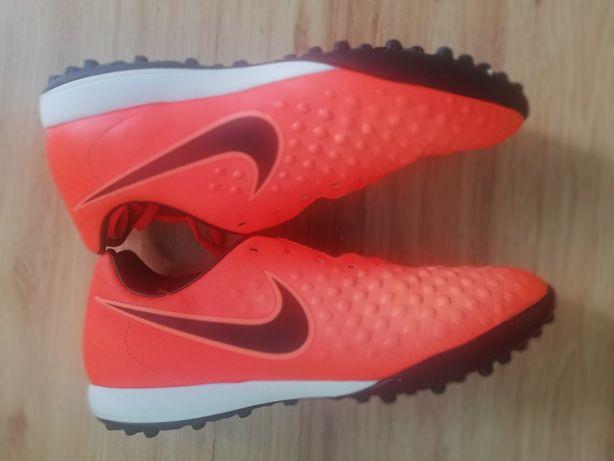 Buty piłkarskie Nike.