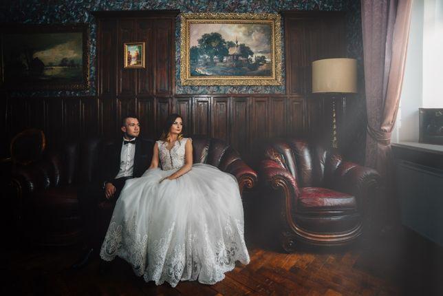 Rozkloszowana suknia ślubna z delikatną koronkową górą