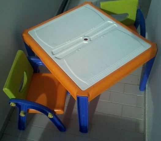 Mesa e cadeiras de criança