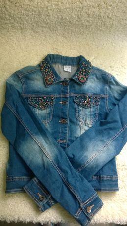 Джинсовая куртка с бисером на воротнике и карманах.