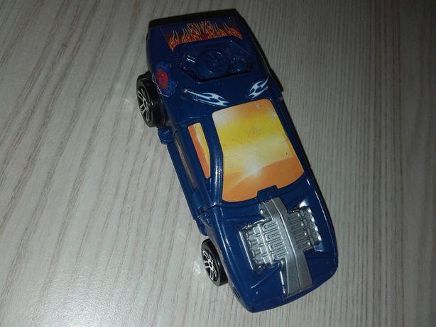 Niebieski hotwheels samochód