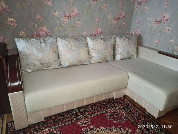 Угловой диван светлый