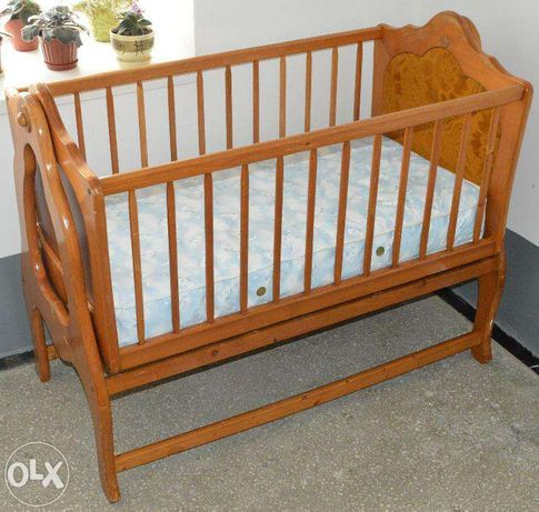 детская кровать качающаяся с матрасиком