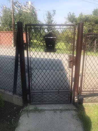Duża brama z furtką na działke, budowe