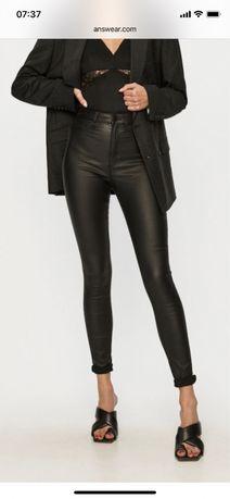 Vero moda czarne spodnie rurki woskowane