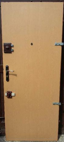 Drzwi wejściowe wewnątrz klatkowe