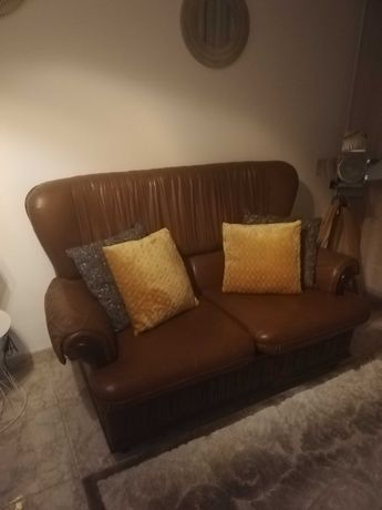 Mobiliário (sofá cama e cristaleira)