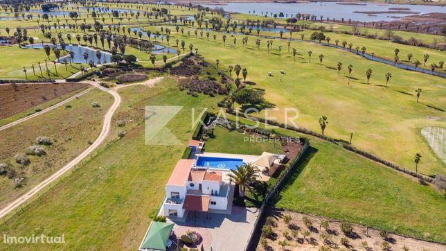 Maravilhosa moradia com vista para o campo de golfe dos Salgados.